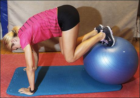 STYRKER BUKEN: Som hoftestabilserende øvelse, men med buken ned. Du bruker forsiden av anklene til å rulle ballen frem og tilbake.