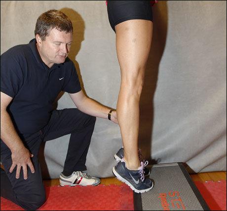 AKILLES OG LEGG: Eksentriske tå hev der hælen ikke rører underlag. Stå på kasse eller i en trapp.