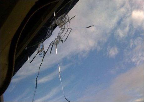 SKUDDHULL: Familien oppdaget et skuddhull på balkongvinduet. Foto: Jessica Balksjö/Aftonbladet