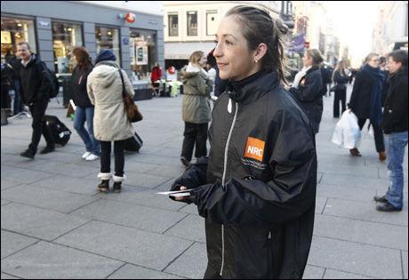 - «POSERING»: Mette Hanekamhaug var en av flere stortingspolitikere som denne uken stilte opp for å få flere bøssebærere til Flyktninghjelpen. Ap-politiker Hadia Tajik mener Hanekamhaug poserer. Foto: Scanpix