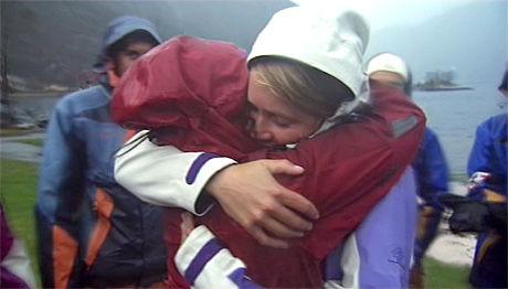 TOK FARVEL: Tonnie Lobekk (22, i rødt) gir Julie Torp Halbakken (22) en stor avskjedsklem. Foto: TV NORGE