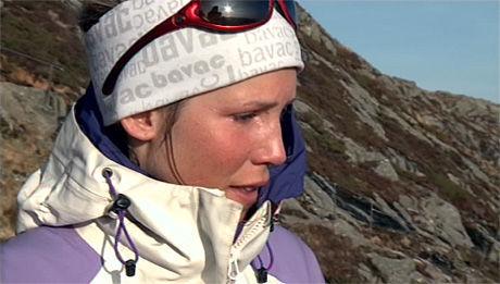 FØLELSESLADET: Julie Torp Halbakken (22) og de andre «71 grader Nord»-deltakerne møtte kjærester, familie og venner under kveldens episode. Det ble en sterk opplevelse. Foto: TV NORGE