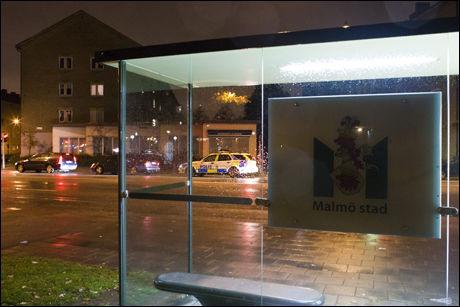 NÆRT: På denne bussholdeplassen ble Basi Hassan skutt av en snikskytter i Malmö 10. oktober i år. 13 dager senere ble eieren av frisør- og skreddersalongen over veien, Naser Yazdanpanah, skutt mot da han stod og strøk tøy. Foto: Jan Johannesen/VG