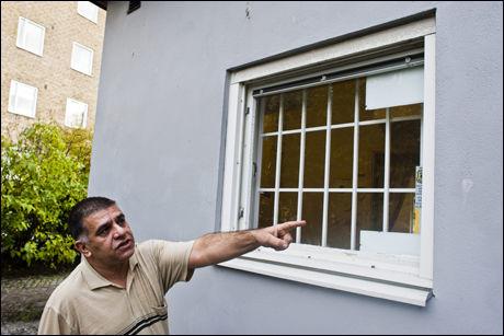 HER TRAFF SKUDDENE: Naser Yazdanpanah stod rett innenfor dette vinduet da en ukjent gjerningsmann skjøt mot ham lørdag kveld. Foto: Jan Johannesen/VG