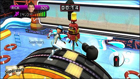 TRIMHJUL: En av oppgavene i «TV Superstars» går ut på å løpe på et digert hjul og hoppe over hindringer. Foto: SONY