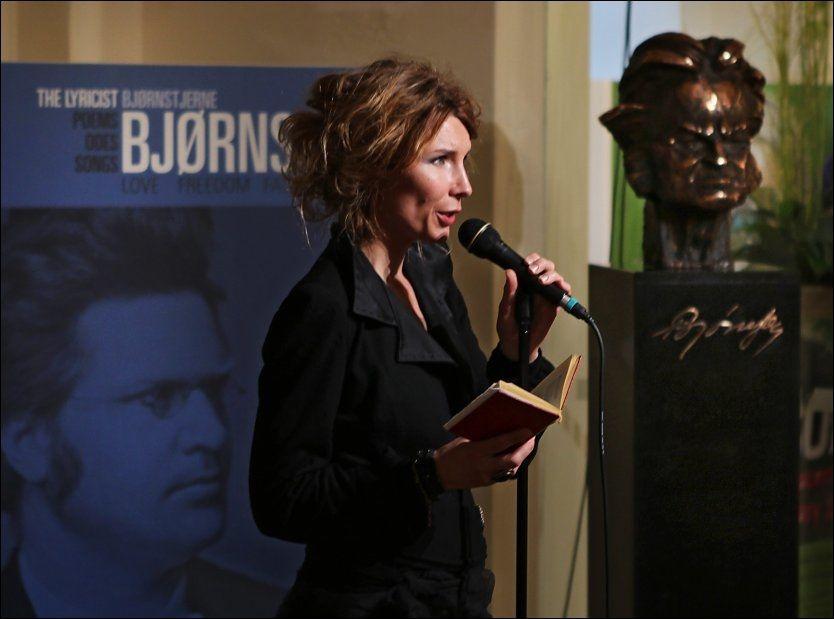 HEDRET BJØRNSON: Herborg Kråkevik fremførte tre sangnumre da hun kastet glans over åpningen av en Bjørnson-utstilling i Slovakia i dag. Foto: Nils Bjåland