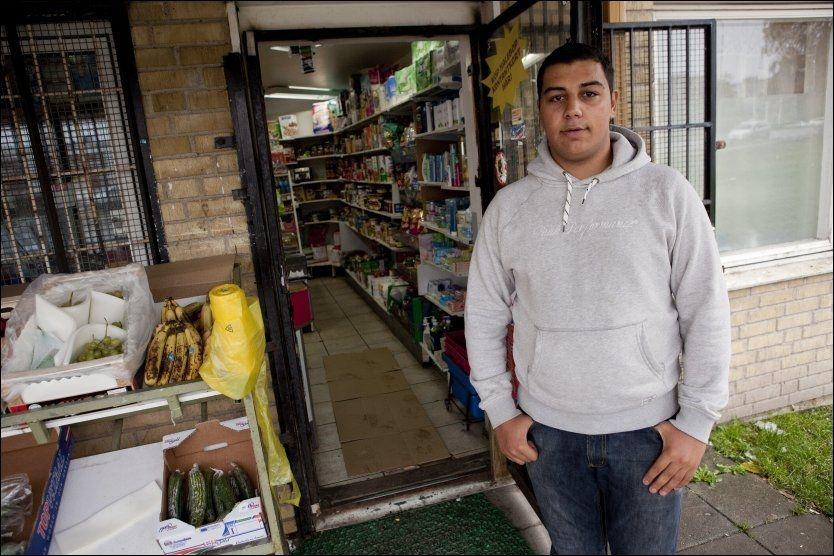 PREGET: Mohammed Al-Grety, fra bydelen Rosengård i Malmö, er ikke selv redd for serieskytteren, men forteller at småsøstrene og resten av familien er det. Foto: Scanpix