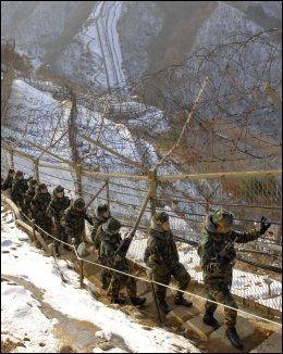 FIENDER: Sørkoreanske soldater fotografert under patrulje langs den demilitariserte sonen i Hwacheon, nord for hovedstaden Seoul. Foto: AFP