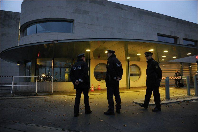 ETTERFORSKER: Tysk politi står utenfor kanselliet i Berlin etter at en bombe adressert Angela Merkel ble funnet på postmottaket der. Foto: AFP