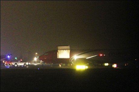 BOMBE PÅ FLY: En brevbombe adressert Silvio Berlusconi ble funnet på dette TNT-flyet da det landet i Bologna. Foto: AP