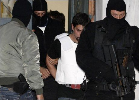 ARRESTERT: Gerasimos Tsakalos ble arrestert av gresk politi tirsdag. Han er siktet for å stå bak flere av postbombene. Foto: AP