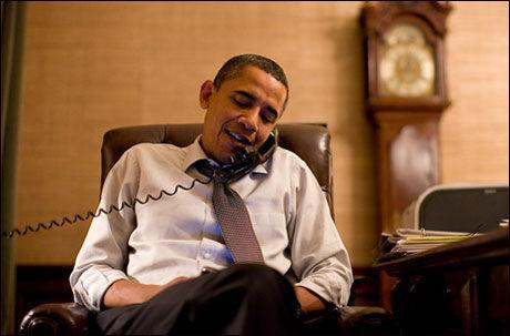 TOK TELEFONER: Barack Obama ringte flere sentrale personer i Kongressen i løpet av natten norsk tid. Her snakker han med mannen som trolig overtar som Speaker i Representantenes hus, John Boehner. Foto: Det hvite hus Foto:
