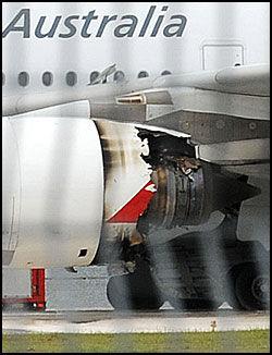 ØDELAGT: Den ene motoren på Airbusen skal ha eksplodert i luften. Slik så den ut da flyet nødlandet i Singapore. Foto: AFP