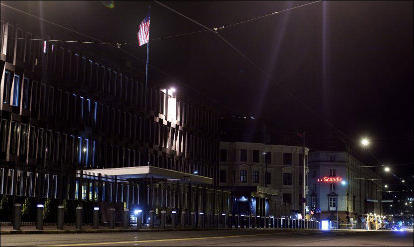 AMBASSADE: Den amerikanske ambassaden i Oslo fotografert onsdag kveld. Tidligere polititopper skal i lengre tid ha drevet overvåkning av norske statsborgere på oppdrag fra USA. I lofsleiligheten i boligblokken til høyre i bildet (med reklame for Scandic), skal de ha hatt hovedkvarteret sitt, rett ved den Amerikanske ambassade (t.v.). Foto: Scanpix