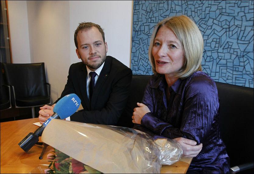 NYUTNEVNT: Gry Nergård ble fredag utnevnt til nytt forbrukerombud. Barne-, likestillings- og inkluderingsminister Audun Lysbakken sitter til venstre. Foto: Scanpix