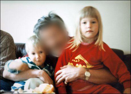 LITE KONTAKT: Familien mistet kontakten med faren de siste årene. Her hilser han på barnebarna for mer enn 20 år siden. Foto: Privat