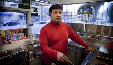 - ET FENGSEL: Hamburgerselgeren Younes Cheiki ble skutt mot da han stekte hamburgere i denne kiosken 24. august i år. Nå håper han at rett mann er tatt. Foto: Krister Hansson, Aftonbladet
