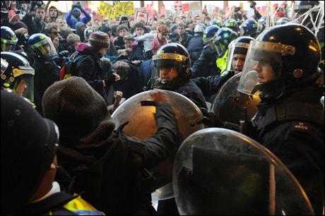 SAMMENSTØT: Politiet forsøkte å hindre studentene fra å ta seg inn i bygningen, men flere skal ha greid å forsere sperringen og ta seg inn gjennom et knust vindu. Foto: AFP