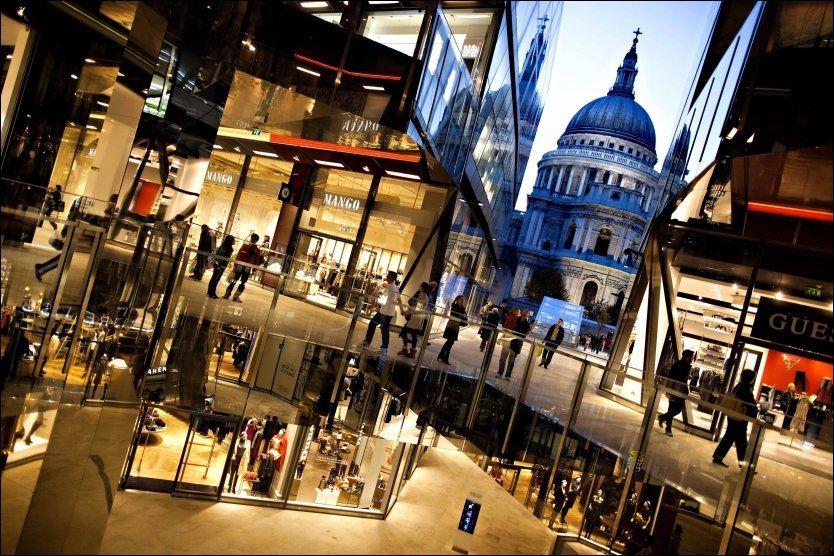 """NYTT OG GAMMELT: Det nyåpnede shoppingområdet """"One New Change"""" ligger vegg i vegg med den ærverdige St. Paul-katedralen i London. Foto: FREDRIK SOLSTAD."""
