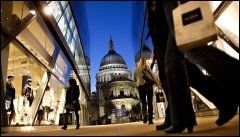 """SPLITTER NYTT: """"One New Change"""" er siste nyhet for handleglade i London. Shoppingområdet ligger tett på St. Paul-katedralen. Foto: FREDRIK SOLSTAD."""
