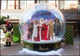 HARRODS: Juledekorasjonene på Harrods i Knightsbridge er alltid storslagne. Foto: CAMERA PRESS.