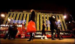 OXFORD STREET: Shoppingmekkaet Oxford Street i London, med fasaden til varehuset Debenhams. Foto: FREDRIK SOLSTAD.