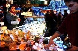 NAM NAM: Borough Market i London har godsaker fra hele England og også eksotiske varer. Alle varene skal ha skyhøy kvalitet for å få bli solgt på dette tradisjonsrike markedet. Foto: ERIK HANNEMANN.