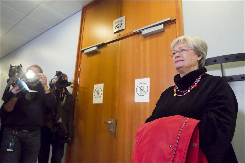 NØKKELVITNE: Sekretær i Stortingets pensjonsstyre, Astrid Risnes, har en sentral rolle i straffesaken mot Anders Talleraas og Magnus Stangeland. Her er hun på vei inn i retten for å vitne. Foto: Scanpix