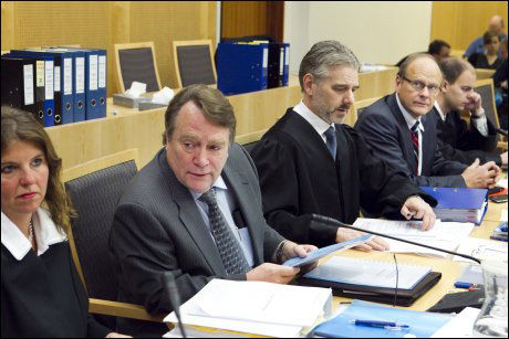 TILTALTE: Anders Talleraas (t.v.) i retten sammen med sin forsvarer Hege Birkeland er sammen med Magnus Stangeland (nest ytterst til høyre) tiltalt for pensjonssjuks. På bildet er også forsvarerne Svein Aage Valen og Hans Erik Haugaas. Foto: Scanpix