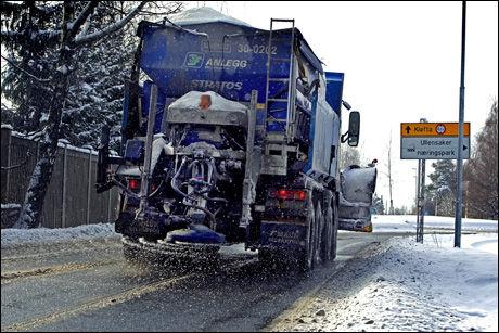-LIVSFARLIG: Vegdirektør Terje Moe Gustavsen mener det er viktig å salte veiene. Her blir veier på Kløfta saltet. Foto: Espen Braata, VG