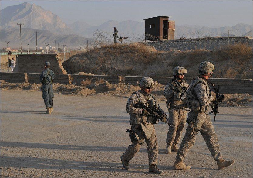VIL ROE NED: President Hamid Karzai ber USA trappe ned de militære operasjonene i Afghanistan og trekke flere soldater tilbake til forlegningene. Foto: AFP