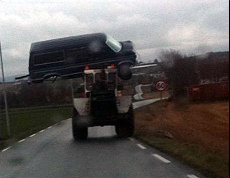 - GALSKAP: Geir Lyngstad reagerte sterkt da han så denne noe uvanlige fraktemetoden på en vei på Jæren i dag. Foto: Geir Lyngstad