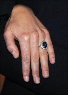 RINGEN: Kate Middleton med avdøde Dianas forlovelsesring - en 18 karat koloss bestående av safirer og diamanter. Foto: Camera Press