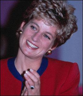 HER ER RINGEN: Prinsesse Diana med forlovelsesringen, som består av safirer og diamanter. Bildet er fra 1991. Foto: Camera Press Foto: