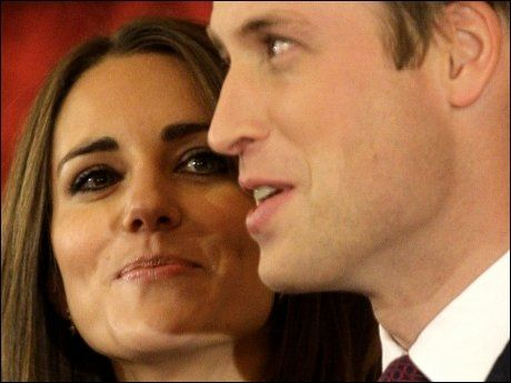 STRÅLTE: Kate Middleton og prins William i St. James Palace i kveld. Foto: AP