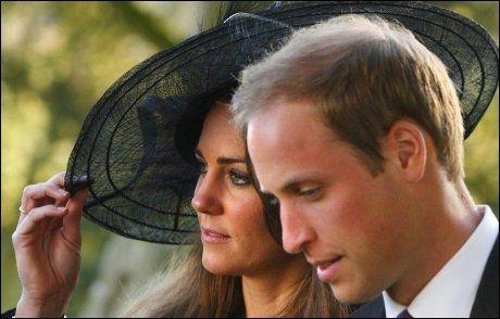 FORELSKET: Kate og William på et bryllup tidligere denne høst. Foto: AP.