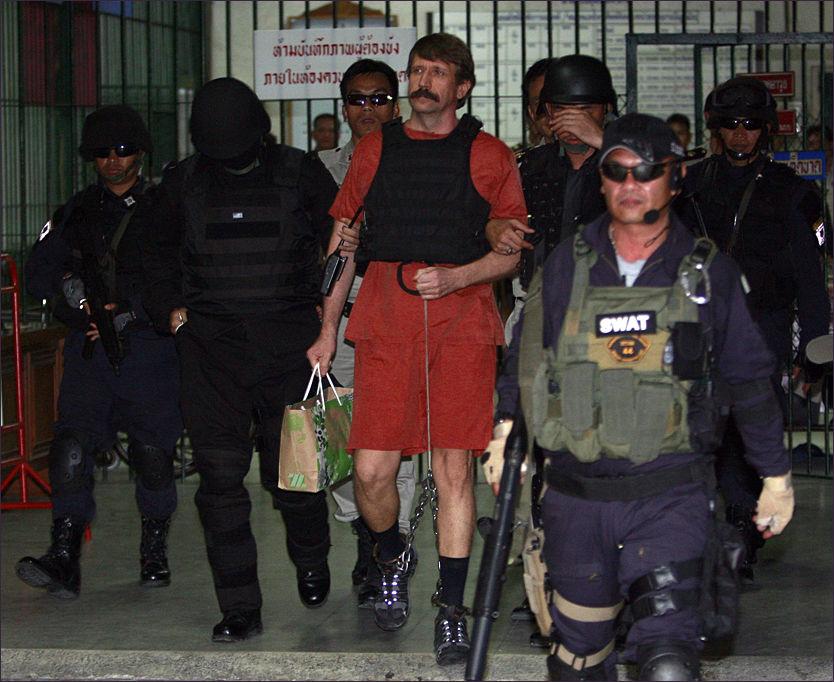 UTLEVERES: Den mistenkte våpensmugleren Viktor Bout ble voktet av væpnet politi da han forlot retten i Bangkok tidligere i år. Nå utleveres han til USA. Foto: AP