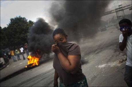 SAMMENSTØT: To personer ble drept og flere andre ble skadet, i voldsomme sammenstøt mellom demonstranter og FN-soldater i Haiti mandag. Foto: AP