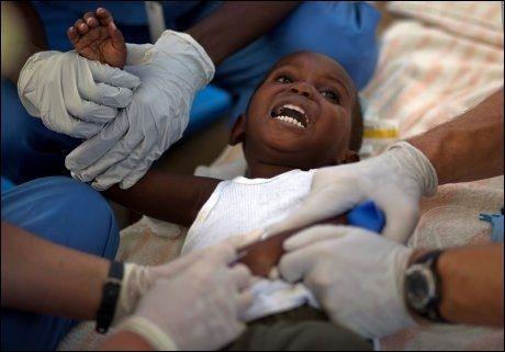 SMITTET: En liten jente med symptomer på kolera blir behandlet på et sykehuis i Port-au-Prince. Så langt har den smittsomme sykdommen kostet nærmere 1000 menneskeliv. Foto: AP