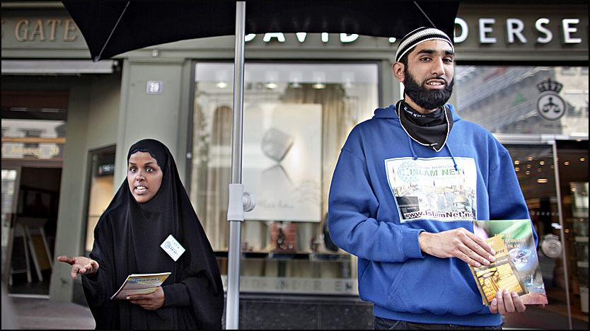 KJØNNSDELT: Kvinner og menn måtte benytte forskjellige innganger under et foredrag som Islamnets studentforening arrangerte på Høyskolen i Oslo. Fahad Qureshi sier at kvinnene selv ønsker å sitte adskilt fra menn. Foto: Marte Vike Arnesen