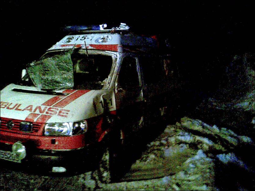 KRASJET: Slik så ambulansen ut etter at en beruset 18-åring krasjet med den natt til lørdag. «Ambulansesjåføren» ble tatt med tilbake til sykehuset hvor han hadde stjålet ambulansen fra. Foto: Privat