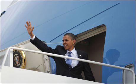 PÅ REISEFOT: Barack Obama på vei inn i Air Force One for en reise til Kokomo, Indiana tirsdag. Foto: AFP