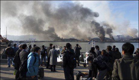 SKUE: Sørkoreanere ser på røyken som stiger opp fra Yeonpyeong-øya mot grensen til Nord-Korea. Foto: AP Photo/Yonhap