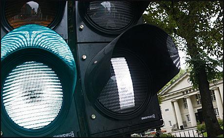 VEKK MED MERKING: Ben Hamilton-Baillie mener færre veimerkinger og trafikklys vil øke sikkerheten, men flere er skeptiske. Foto: Illustrasjonsfoto: Scanpix