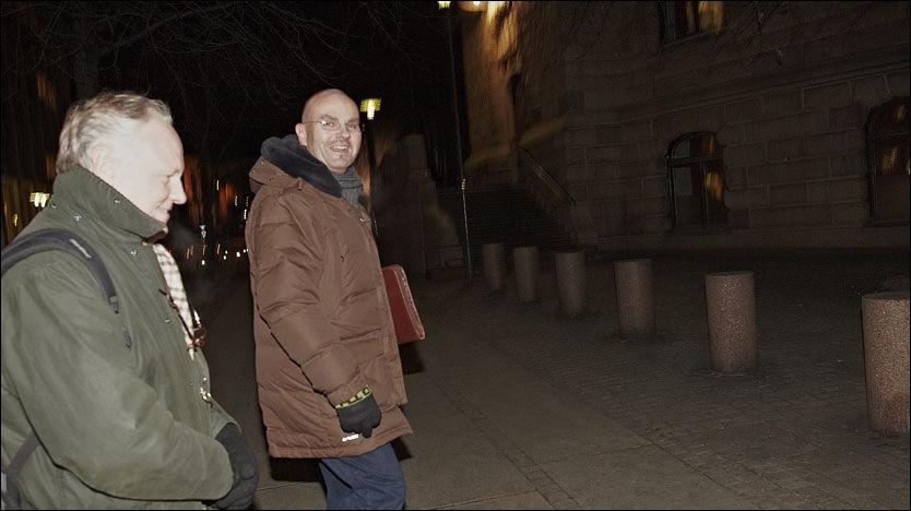 HASTET AV GÅRDE: - Ingen kommentar, var det eneste Einar Gelius (t.h.) og advokat Sigurd Klomsæt ville si etter møtet med biskop Ole Kristian Kvarme sent i går kveld. Foto: Espen Sjølingstad Hoen
