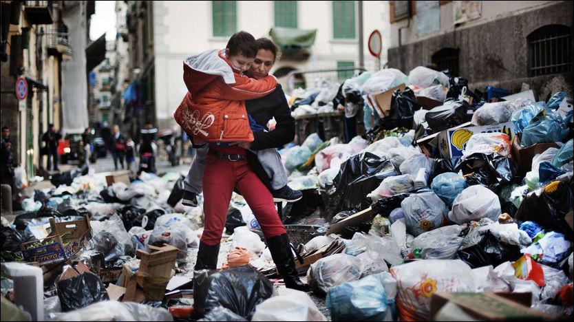 - DESPERATE: Napoli har et søppelproblem. Innbyggerne i byen skal nå være svært lei, og vurderer å selge avfallet til Norge. Foto: AFP