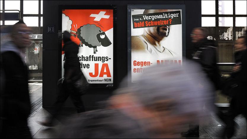 VEDTATT: Debatten raser i Sveits etter at flertallet av befolkningen gikk inn for en ny, svært streng utlendingslov søndag. Bildet viser plakater utsendt av partiet som står bak forslaget, Sveitsisk folkeparti. Foto: AFP
