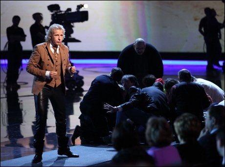 AVBRØT TV-SHOW: Programleder Thomas Gottschalk forklarer publikum at «Wetten Dass» må avbrytes etter ulykken i går kveld. Foto: AFP