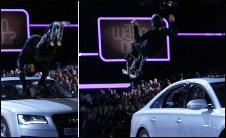 STUNT GIKK GALT: Samuel Koch skulle hoppe over biler under TV-showet «Wetten Dass». Foto: Skjermbilde fra AFP