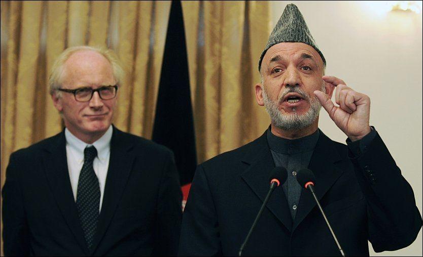 BEKLAGET SEG: FNs spesialutsending til Afghanistan, Kai Eide (t.v.), beklaget seg til Storbritannias daværende statsminister Gordon Brown over president Hamid Karzais (t.h.) beslutningsvegring. Foto: AFP